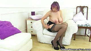 UK gilf Alisha Rydes lets us enjoy their way ancient but willing fanny