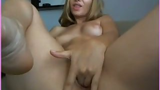Torrid blond head keeps on fingering her wet pussy on webcam